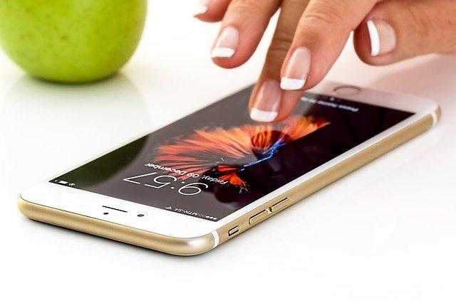 Frau bedient Handy