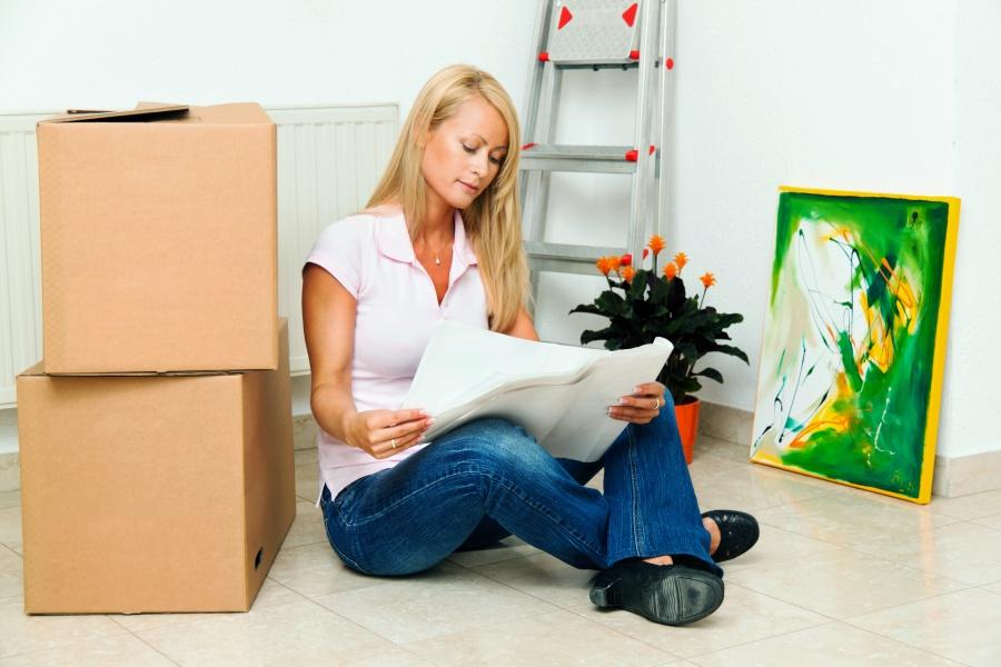 Umzug finanzieren - Frau vergleicht Angebote