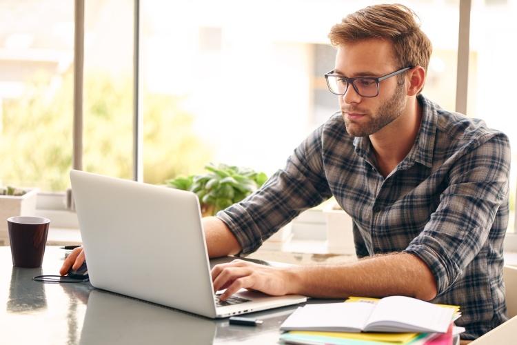 Mann bei einer Umschuldung am PC