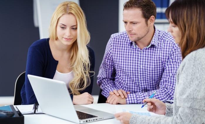 Paar bei einer Beratung am Computer