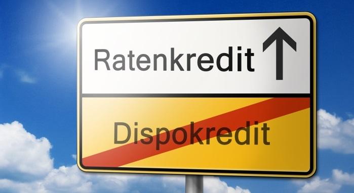 Schild mit Aufschrift Dispokredit --> Ratenkredit