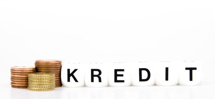 Gestapelte Münzen mit Kredit Aufschrift