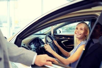 Autoübergabe im Autohaus