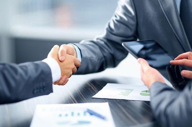 Handschlag im Büro
