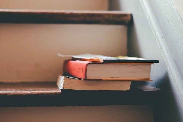 Bücher auf der Treppe