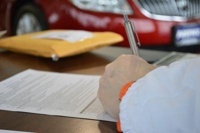 Kreditvertrag wird unterschrieben