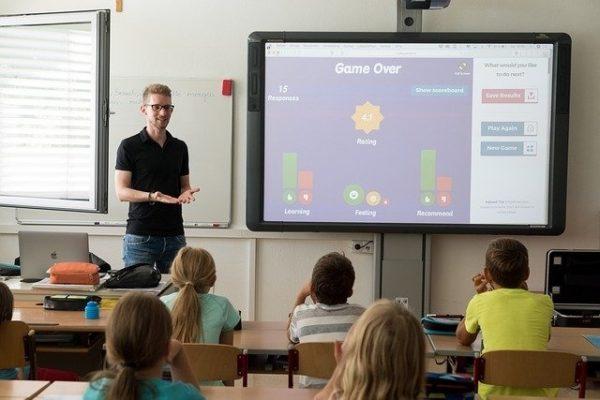 Lehrer vor der Klasse an der Tafel