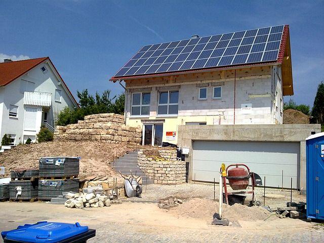 Solaranlage auf dem Dach eines Rohbaus