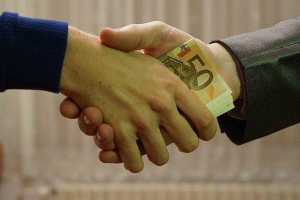 Handshake mit Geld
