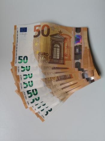 50 Euro Scheine nebeneinander -500 Euro insgesamt