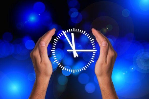 Uhr in den Händen