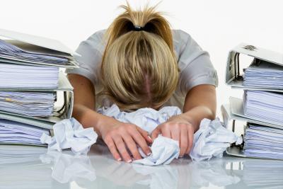 Frau verzweifelt wegen Schufa Rating