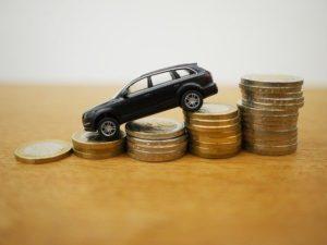 Kleines Modellauto auf Münzen