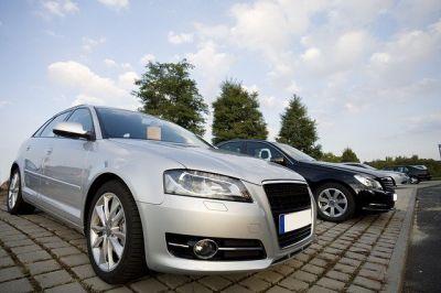 Autohändler bietet Autos an