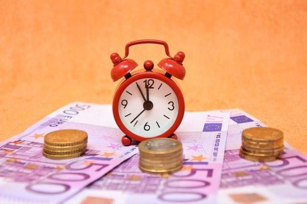 Uhr mit Geldscheinen
