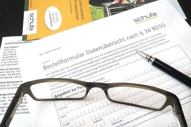 Schufa Formular mit brille